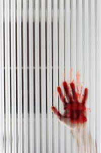 Main avec du sang